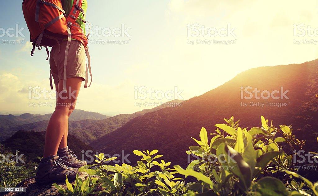 Frau Wanderer Beine stehen auf Berggipfel rock - Lizenzfrei Abenteuer Stock-Foto