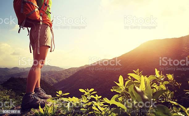 Frau Wanderer Beine Stehen Auf Berggipfel Rock Stockfoto und mehr Bilder von Abenteuer
