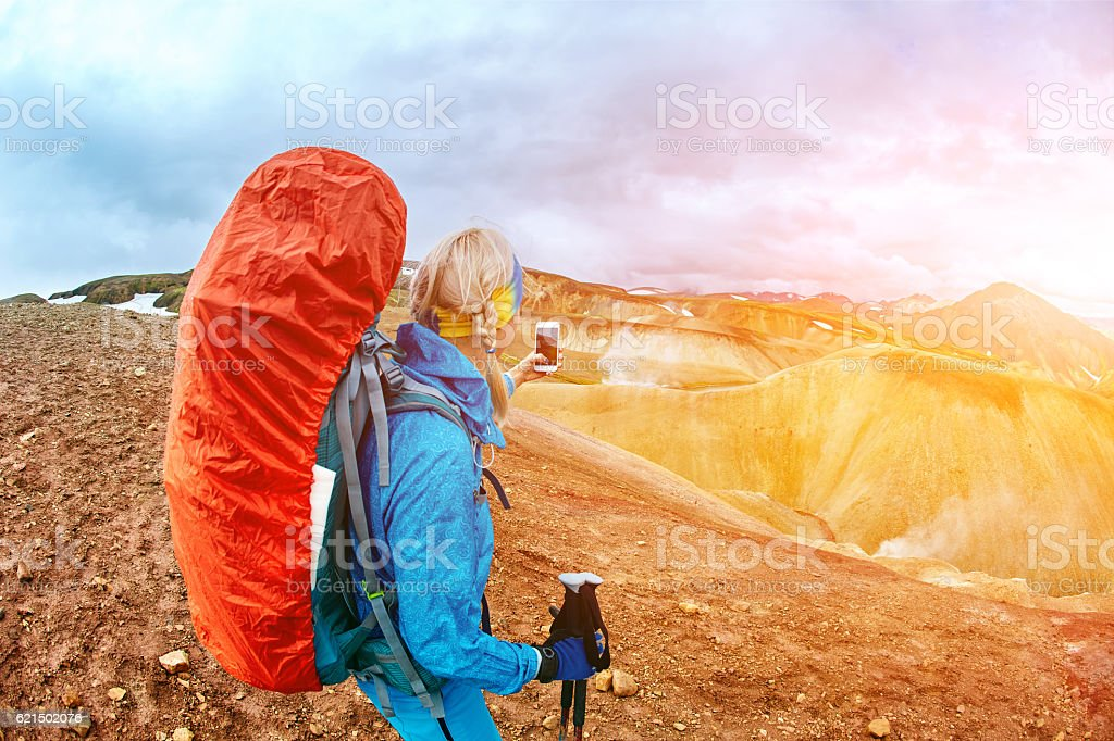 woman hiker photographer Lizenzfreies stock-foto