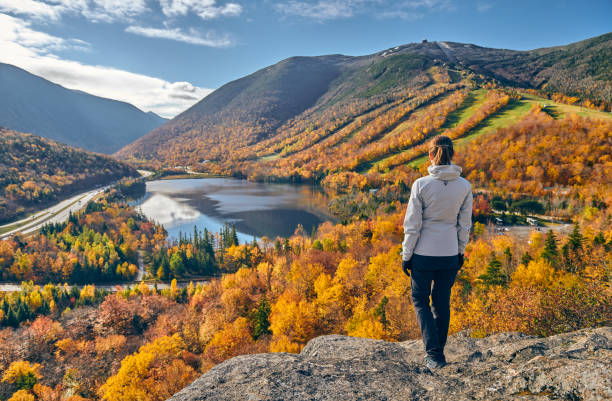 Frau wandert im Herbst bei Artist es Bluff – Foto