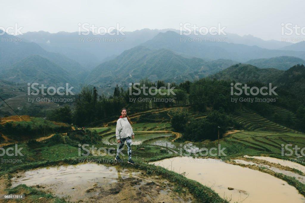 Kvinna vandring på risterrasser och bergen i norra Vietnam - Royaltyfri 20-29 år Bildbanksbilder