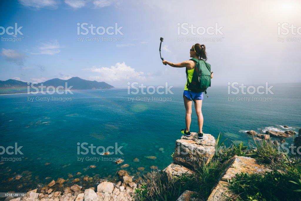 Woman Hiking In Seaside Taking A Selfie – zdjęcie