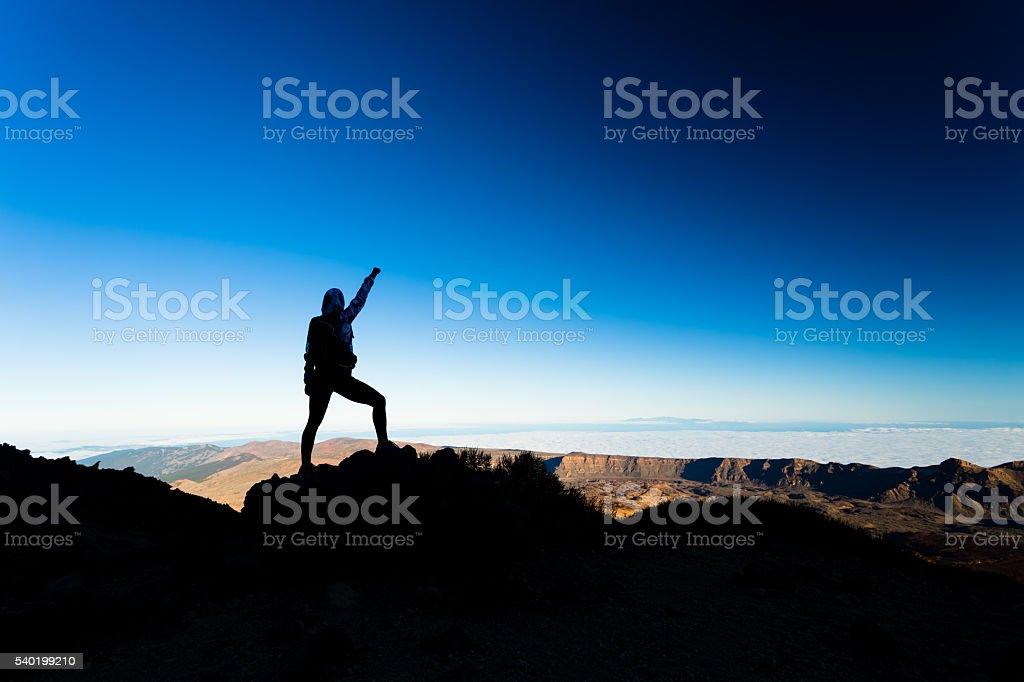 Woman hiking success silhouette on mountain top – Foto