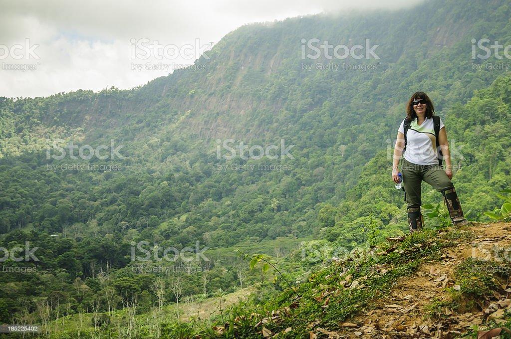 女性で熱帯雨林のハイキング ストックフォト