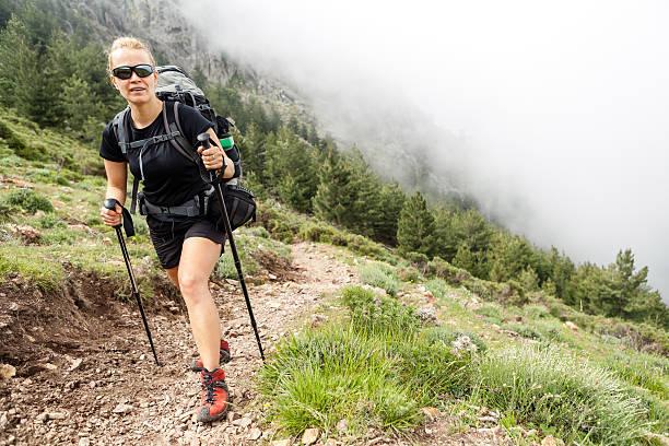 femme avec sac à dos de randonnée dans les montagnes - randonnée corse photos et images de collection