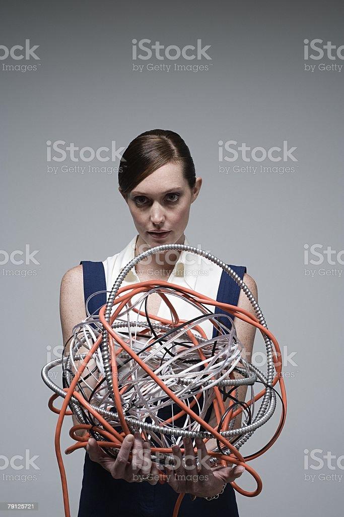 Mulher segurando uma bola de cabos foto de stock royalty-free