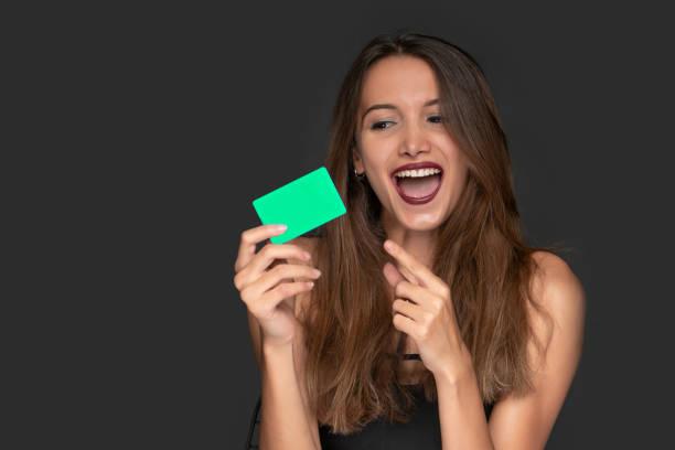Frau mit einer EC-Karte in der hand – Foto