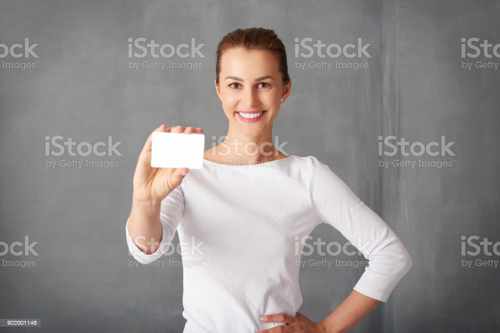 Femme tenant une carte bancaire dans sa main - Photo