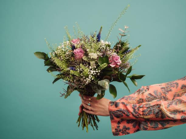Mujer sosteniendo un gran ramo de flores - foto de stock