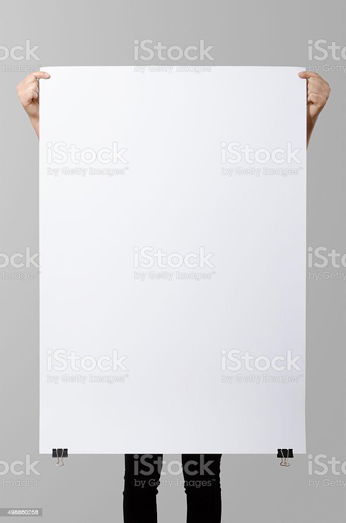 Mulher segurando um cartaz em branco, square 70 x 100, simuladas. - foto de acervo