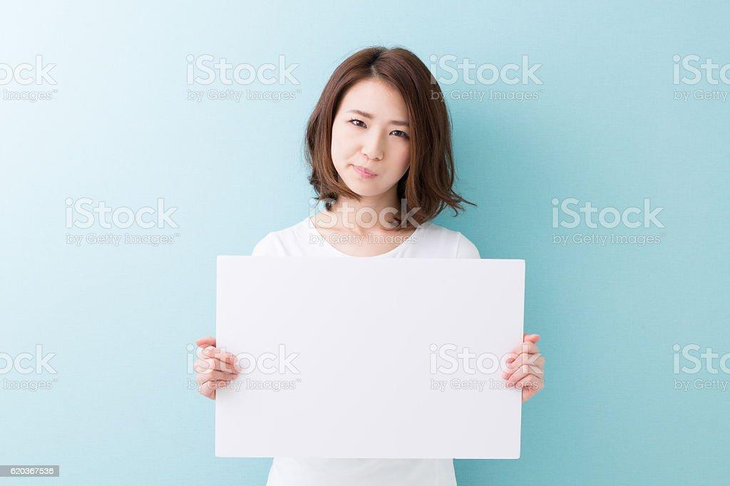 Kobieta trzyma Znak puste zbiór zdjęć royalty-free