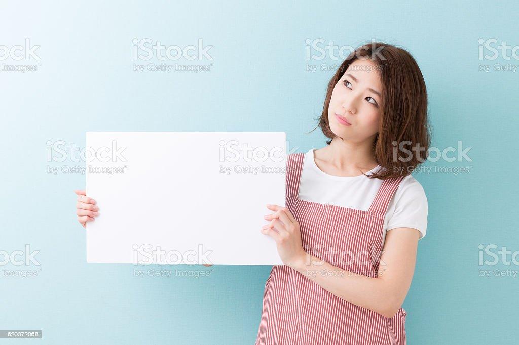 Mulher segurando uma placa em branco foto de stock royalty-free