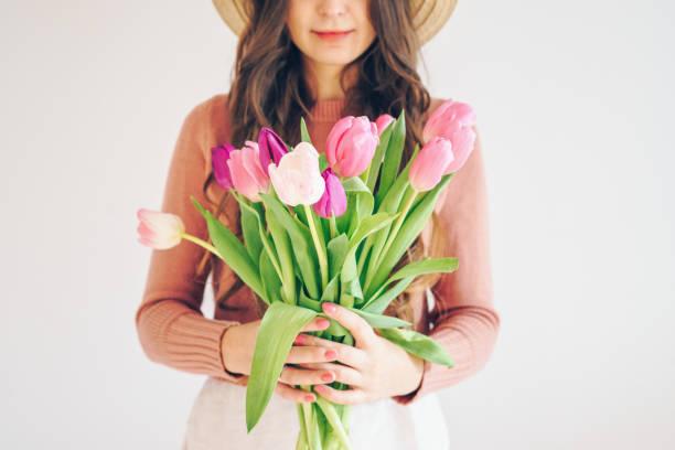 Frau mit einem Strauß Tulpen – Foto