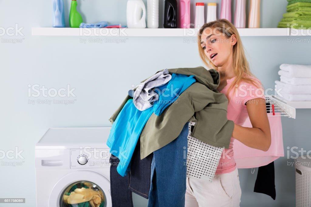 Frau hält einen Eimer mit Kleidung - Lizenzfrei Deutschland Stock-Foto
