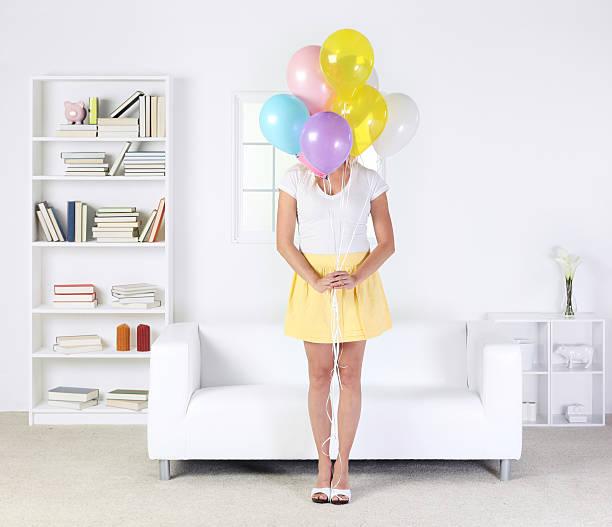 frau hält einen haufen bunte ballons - bücherbund stock-fotos und bilder
