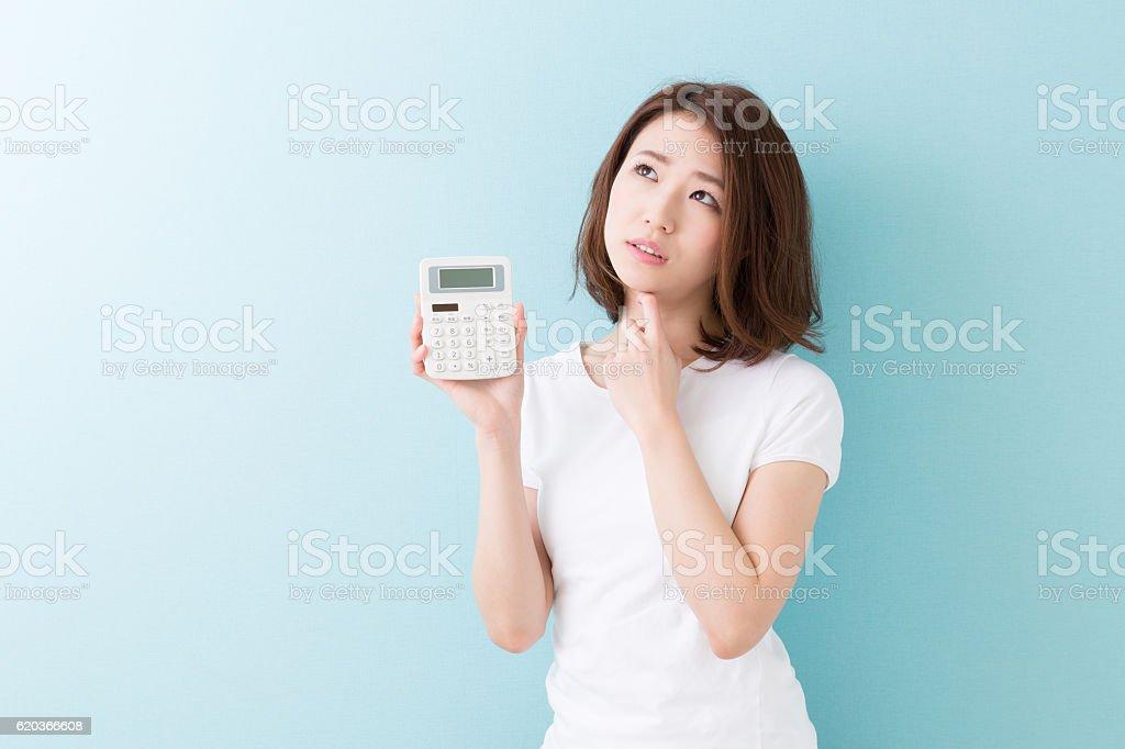 Mulher segurando uma calculadora foto de stock royalty-free
