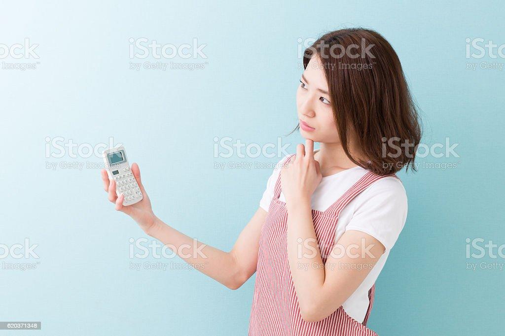 Kobieta trzyma Kalkulator zbiór zdjęć royalty-free