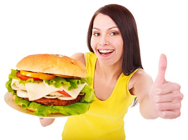 Frau holding hamburger. – Foto