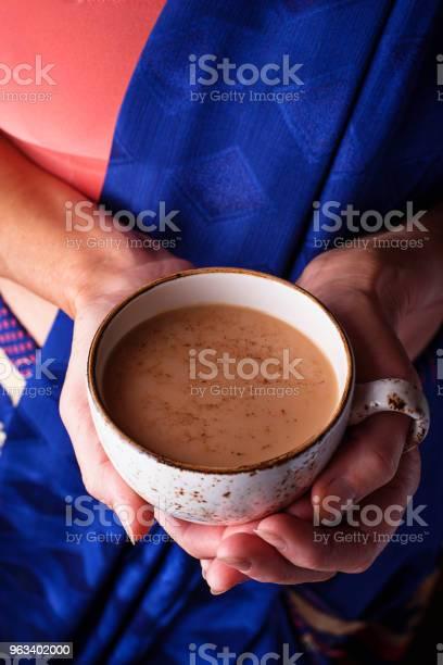 Kobieta Trzymająca Filiżankę Herbaty Masala - zdjęcia stockowe i więcej obrazów Kardamon
