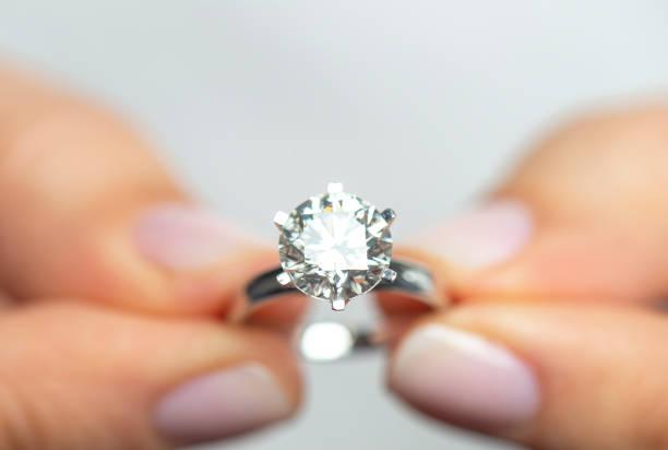 Frau hält einen Diamant-Ring – Foto