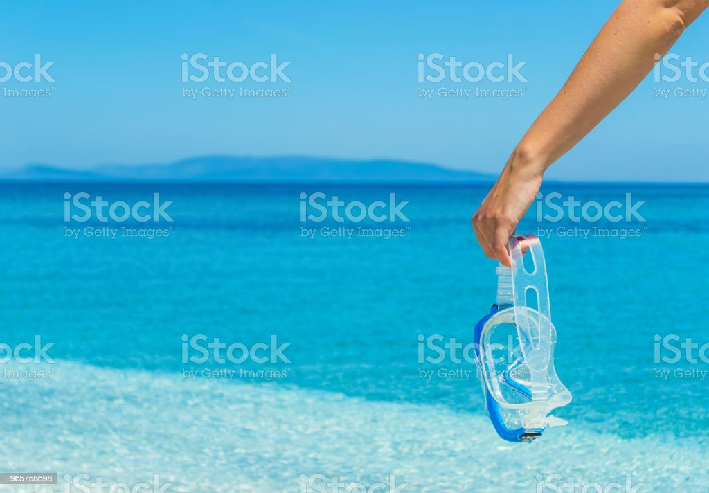 woman holding a diving mask by the sea - Royalty-free Adulto Foto de stock