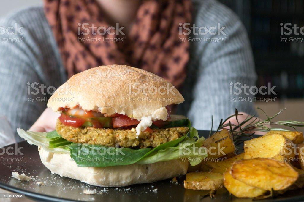 Frau hält einen hausgemachte vegane burger – Foto