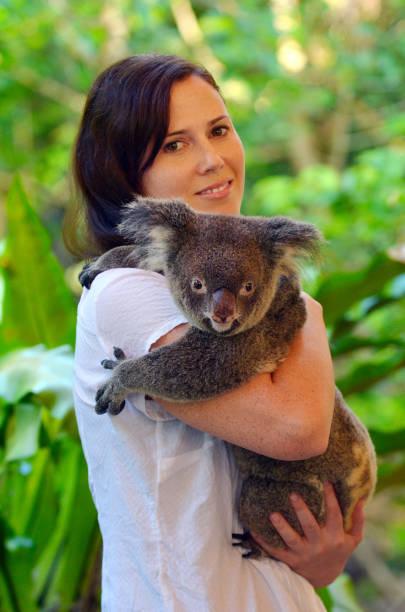 Frau hält einen Koala – Foto