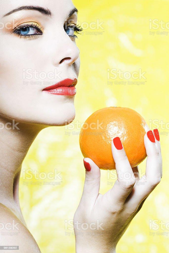 Donna con un agrumi arancio mandarino foto stock royalty-free