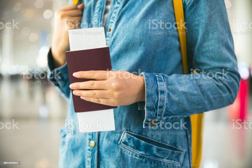 Frau mit Flugticket und Reisepass am Flughafen – Foto