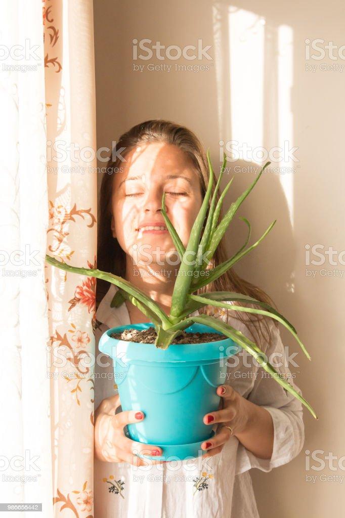 Femme tenant une plante d'Aloe Vera - Photo