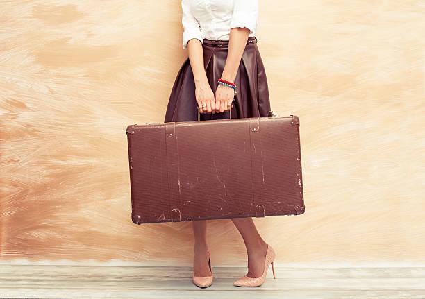 Frau hält alte Koffer für Reisen – Foto