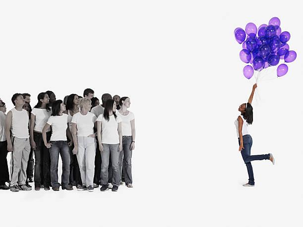 frau holding ballons - ballonhose stock-fotos und bilder