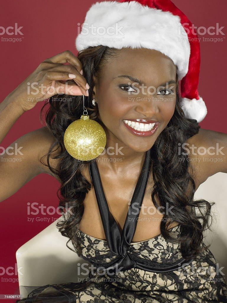 Mulher a segurar bauble foto de stock royalty-free