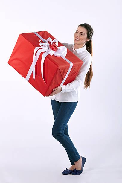 Frau holding roten Geschenk-box – Foto