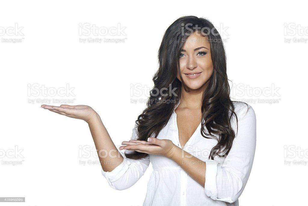 Frau holding leer Textfreiraum auf Ihre offene Handfläche – Foto