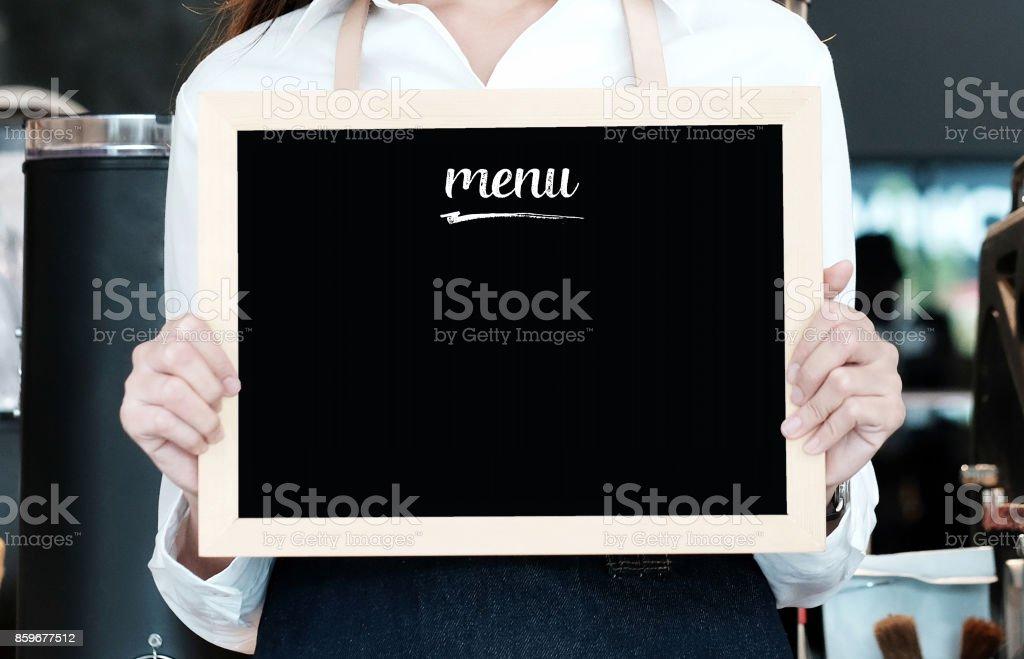 Frau mit leeren Menü Tafel am Café Hintergrund, Textfreiraum für text – Foto