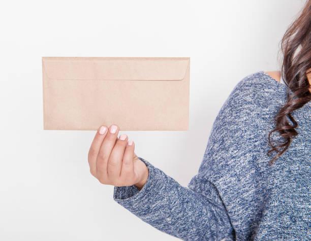 sobre de papel en blanco de la cartera de mujer. maqueta para el diseño - postal worker fotografías e imágenes de stock