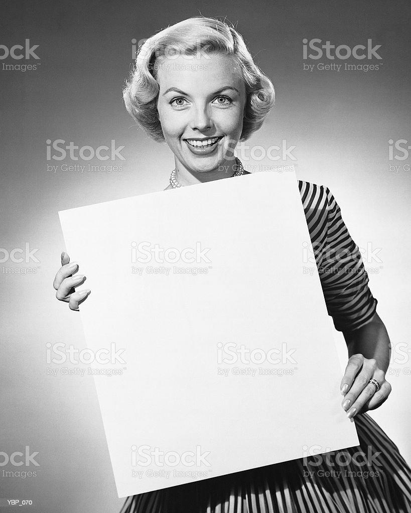 Mulher segurando em branco de papel foto royalty-free