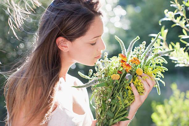 花束を持つ女性 - 芳香 ストックフォトと画像