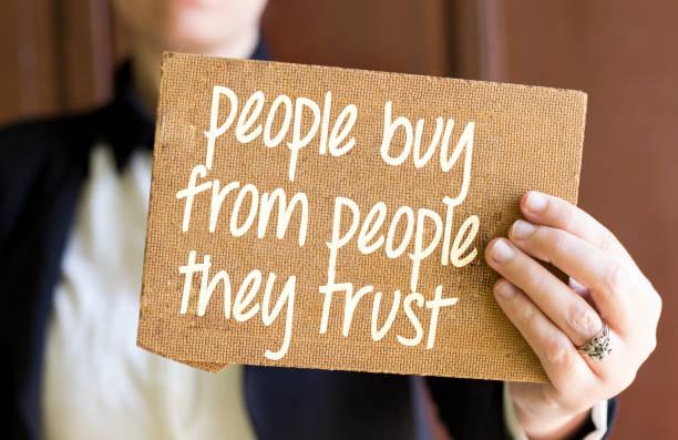 Frau mit braunen Karton mit Menschen kaufen von Menschen Vertrauen Nachricht – Foto