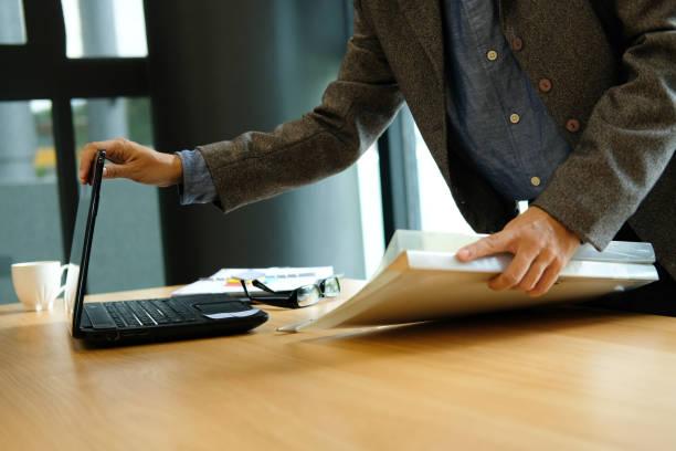 Frau mit Business Dokumentenmappe & schließen Computer nach Beendigung der Arbeit – Foto