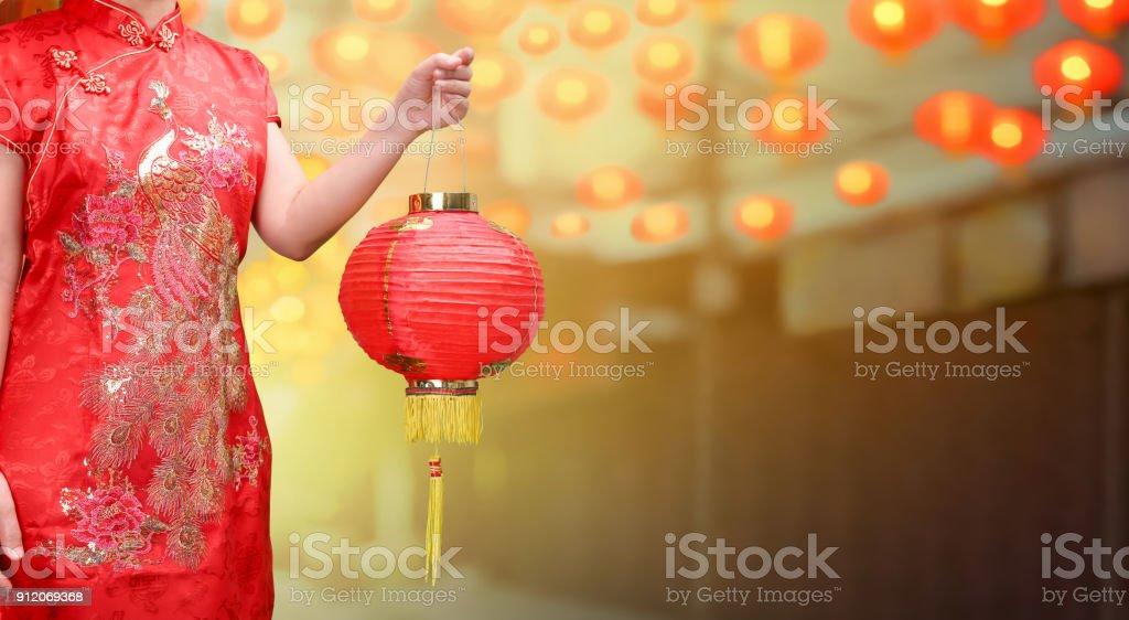 Frau mit chinesischen Neujahr Laternen in Chinatown. – Foto