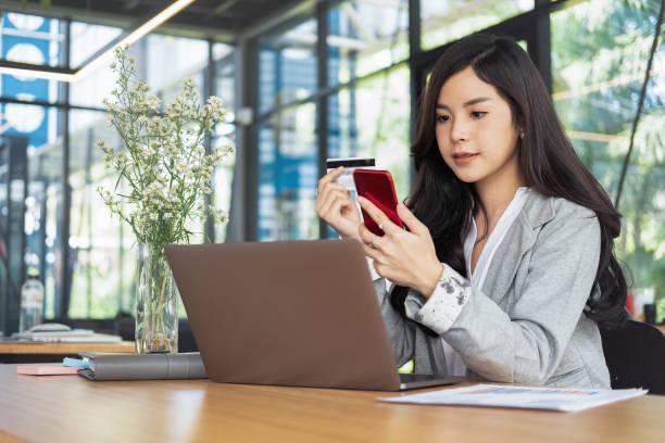 Frau hält Kreditkarte und mit Laptop und Smartphone-shopping-Website online, shopping Konzept – Foto