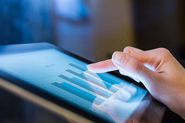 frau holding digital tablet, nahaufnahme - leiterdisplay stock-fotos und bilder