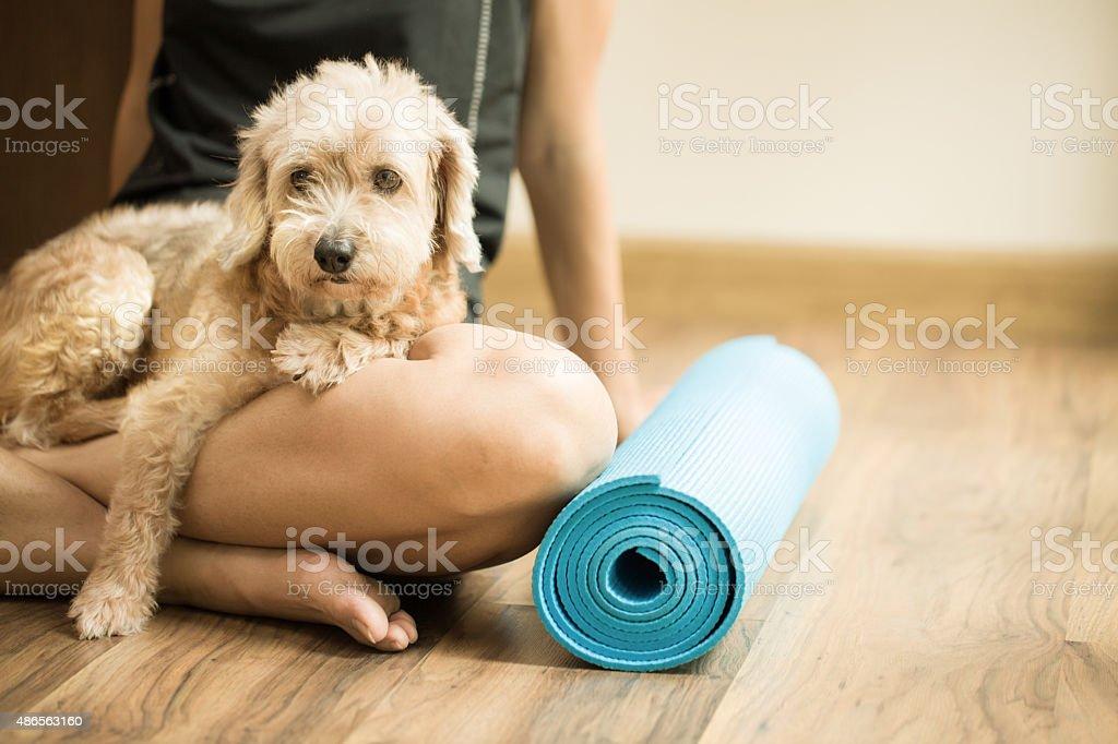 Frau mit Hund in yoga-Kurs – Foto