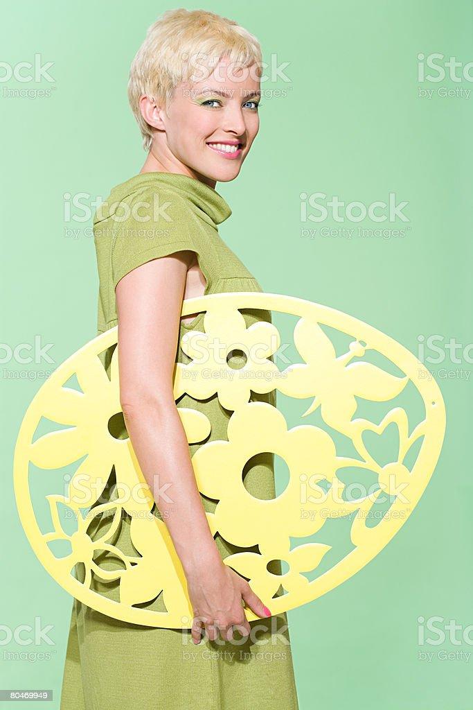 Frau holding Osterei Lizenzfreies stock-foto