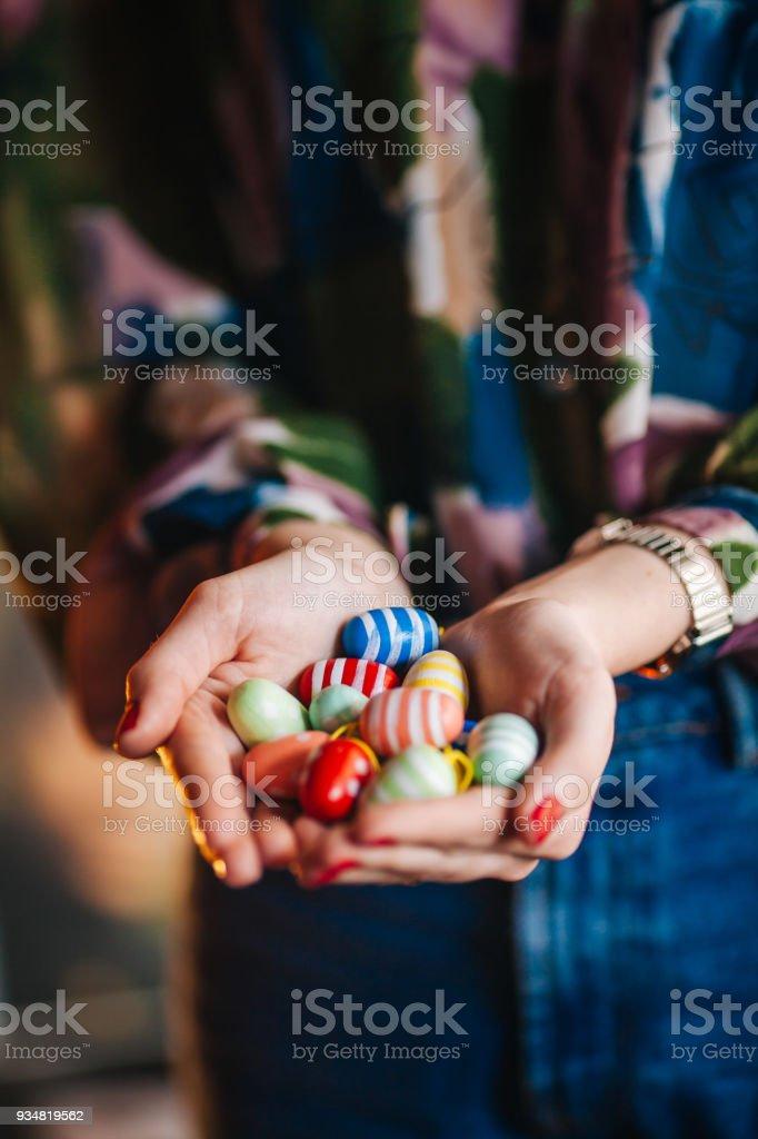 부활절 달걀을 들고 여자 - 로열티 프리 공휴일 스톡 사진