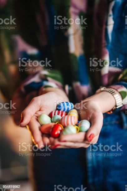 부활절 달걀을 들고 여자 공휴일에 대한 스톡 사진 및 기타 이미지