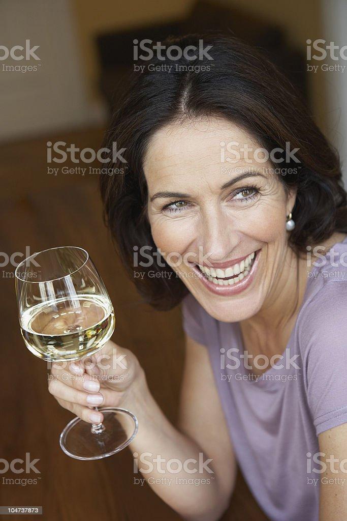 Femme tenant le verre de vin blanc - Photo