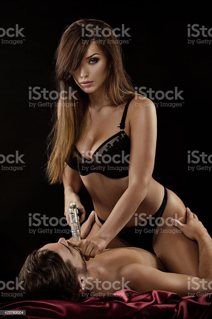 Frau H 228 Lt Waffe Sitzt Auf Mann Im Bett Stockfoto Istock